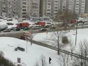 Снегоуборочная техника стоит в пробках Челябинска
