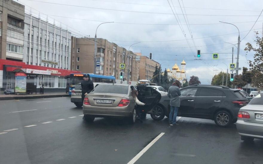 В Брянске из-за ДТП возле цирка образовалась пробка