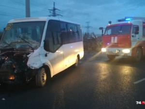 Микроавтобус столкнулся с фургоном в Челябинске. Есть пострадавшие