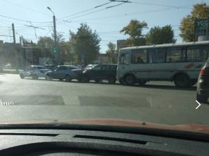 Сразу три машины и маршрутка столкнулись в Челябинске