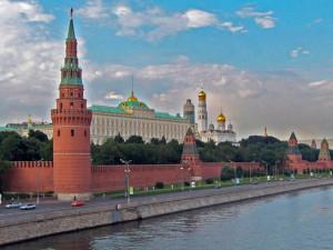 В Кремле не могут понять, почему россиянам хватает денег только на еду и одежду