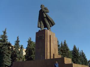 «Здесь нужны адекватные и образованные мастера»: челябинцы говорят об очередной реставрации памятника Ленину