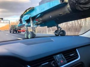 Не каждый день на дороге увидишь едущий на собственных колесах Су-34 (фоторепортаж)
