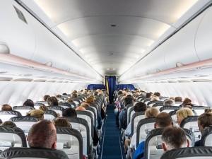 Пять самых опасных в самолете мест назвали микробиологи