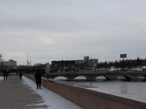 «Гранитный парапет высотой по грудь»: почему челябинцам не понравился ремонт набережной реки Миасс