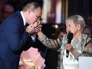 Песня на стихи челябинского поэта заставила встать весь зал во главе с Путиным