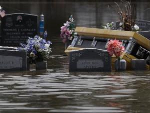 Хаос на кладбищах может посеять экстремальная погода