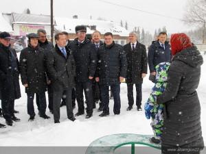 «Вода будет», пообещал Медведев пенсионерке, вставшей перед ним на колени