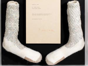 Миллион долларов могут стоить носки Майкла Джексона, в которых он показал «лунную походку»