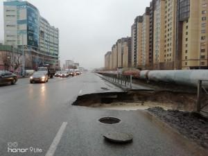 Огромный провал асфальта случился на дороге в Тюмени. Под дорогой обнаружился кипяток