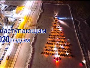 134 автомобиля создали гигантскую елку в Челябинске