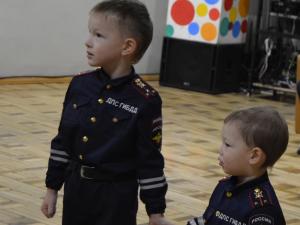 Дети на новогоднем утреннике были в костюмах ДПС