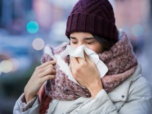 О риске умереть от обычной простуды предупредил профессор-иммунолог