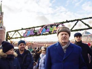 Жириновский раздавал деньги на Красной площади со словами: «крепостные, холопы, кто еще?»