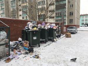 Мусорный новый год. В некоторых дворах в Челябинске мусорные контейнеры 31 декабря оказались переполнены