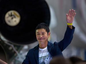 Миллиардер ищет девушку для романтического полета вокруг Луны
