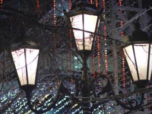 Зачем на Кировке днем горят тысячи лампочек?
