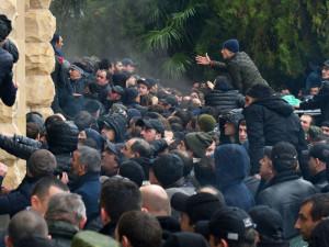 Ставленник Кремля уходит в отставку с поста президента Абхазии на волне протестов. Что изменится?