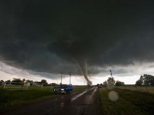 Торнадо и град размером с мяч для гольфа пронеслись по США