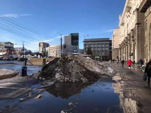 Неубранные кучи снега портят облик Челябинска