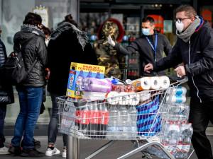 Паника из-за коронавируса в Италии: жители скупают продукты, чтобы реже выходить из дома