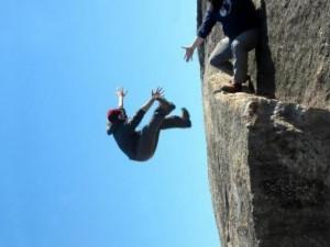 Девушка упала с 24-метровой скалы и осталась жива