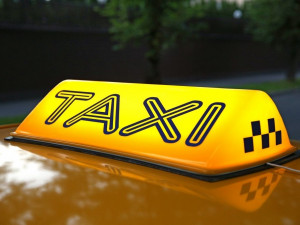 Такси - самый безопасный вид транспорта во время эпидемии коронавируса, считает врач