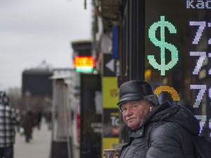 Народ обеднеет, но промолчит. Чем обернется девальвация рубля?