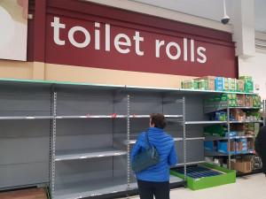 Британские супермаркеты начали борьбу с паническими закупками