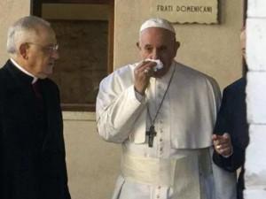 Ватикан подтвердил первый случай коронавируса, но Папа римский выздоравливает от простуды