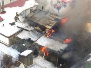 Большой пожар возник в частном секторе Челябинска