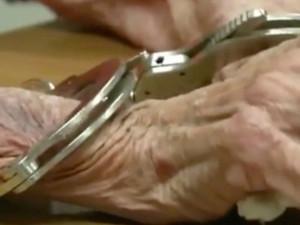 В свой столетний юбилей женщина отправилась в тюрьму