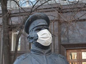 Бронзовому околодочному на Кировке надели защитную маску