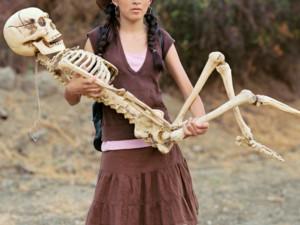 Женщина украла у соседа скелет за его оскорбительные жесты