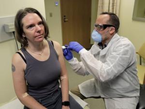 Первая доза вакцины от коронавируса введена добровольцам
