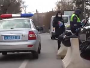 По две защитные маски выдают в Балашихе водителям сотрудники ГИБДД