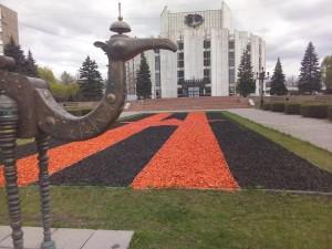 Древесная стружка вместо цветов «украсила» Челябинск