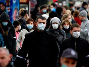 Носите маску, чтобы не трогать лицо, говорит американский врач
