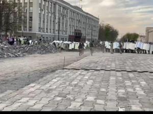 «Народный бунт» во Владикавказе: протестующие забрасывают силовиков щебенкой