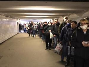 На въездах в Москву и на входах в метро образовались пробки из-за пропусков. Это приводит к скоплению людей