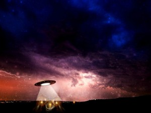 С МКС сняли масштабную эвакуацию НЛО или просто космический мусор?