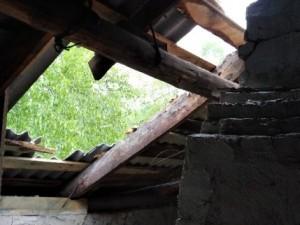 В одном из аварийных домов в Челябинской области рухнула крыша, но жильцов расселять не торопятся
