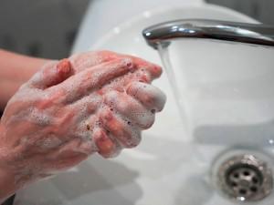 Лучшее средство в борьбе с коронавирусом есть у каждого «в кармане». ВОЗ рассказа о мытье рук