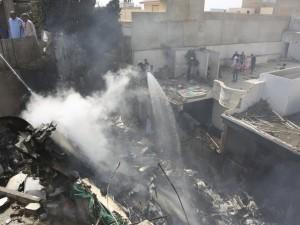 Их было 99. Десятки человек погибли в авиакатастрофе в Пакистане