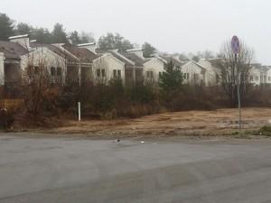 В Балашихе разрушается брошенный поселок таунхаусов