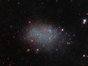 Красивая одинокая галактика посреди пустоты завораживает взгляд