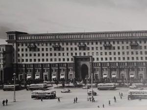 «Дом на площади» занял полстены в современном офисе. Редкая фотография из жизни Челябинска