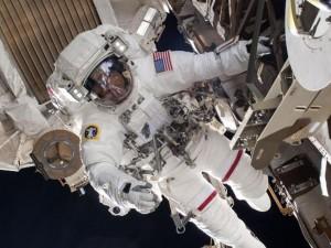Астронавт НАСА потерял деталь скафандра в открытом космосе