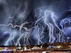 Две гигантские молнии побили два мировых рекорда (видео)