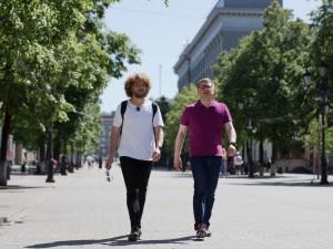 Город недружелюбен к пешеходам: губернатор Челябинской области прогулялся по Челябинску с Ильей Варламовым